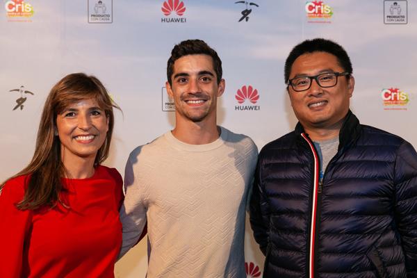 Lola Manterola, Vicepresidenta de CRIS junto con el patinador Javier Fernández y Pablo Wang, director de la Unidad de Consumo de Huawei