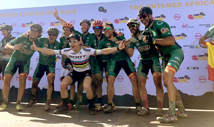 Los ocho papás del Equipo CRIS junto a Nino Schurter, campeón mundial de mountain bike, a su llegada a la meta.