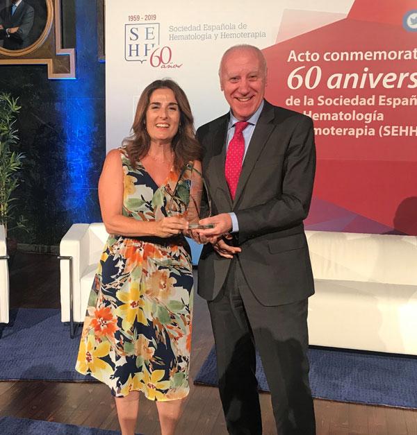Marta Cardona, directora de la Fundación CRIS, recibe el premio en manos de Faustino Blanco, secretario general de Sanidad